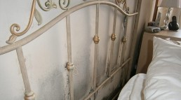 Condensation mould behind the bed